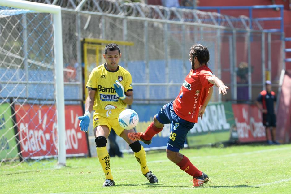 Gastón Puerari trató de marcarle a Mictlán, pero no lo consiguió. (Foto: Nuestro Diario)