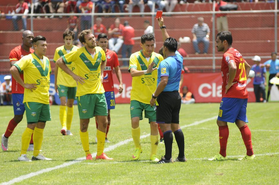 El sudamericano Juan Lovato fue expulsado en el primer tiempo, cuando el partido iba 0-0. En el complemento con uno menos, Petapa sufrió los embates de Municipal. (Foto: Orlando Chile/Nuestro Diario)