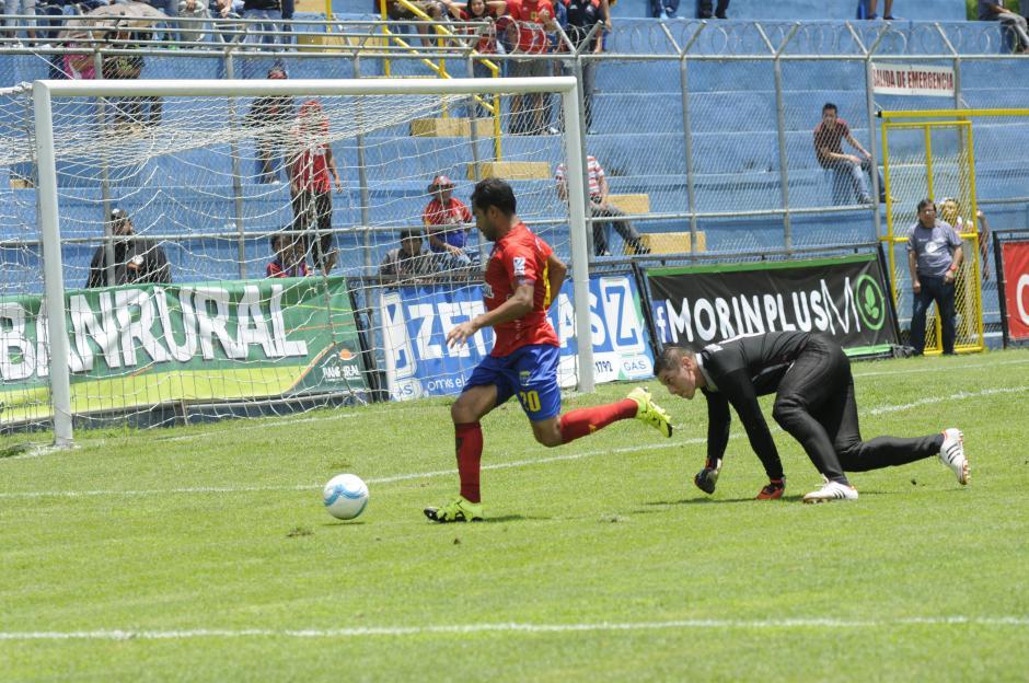 """Carlos, el """"Pescado"""", Ruiz abrió el camino de la victoria de los escarlatas. También le volvieron a anular otra chilena que había terminado en gol.(Foto: Orlando Chile/Nuestro Diario)"""