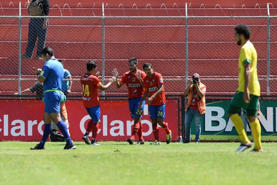 """Carlos el """"Pescado"""" Ruiz anotó triplete ante los periquitos; los rojos subieron al liderato de la tabla. (Foto: Nuestro Diario)"""