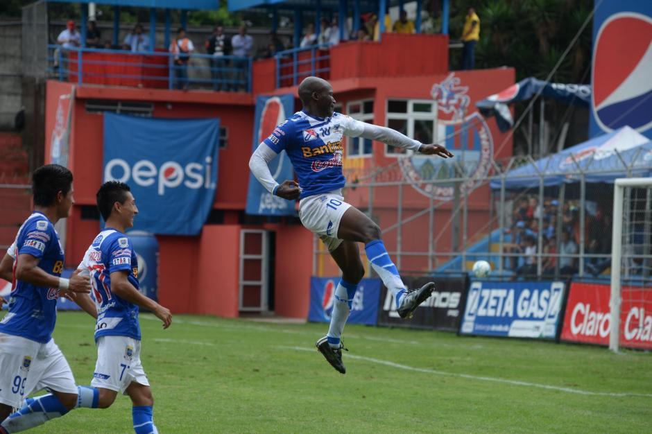 Jhon Córdoba anotó un golazo de tiro libre que superó la estirada de Paulo Motta. No le alcanzó el esfuerzo a Suchi. (Foto: Diego Galiano)
