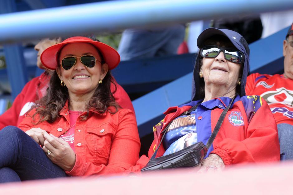 """""""Puras rojas"""", estas dos señoras disfrutaron el partido de Municipal en el estadio El Trébol.(Foto: Orlando Chile/Nuestro Diario)"""