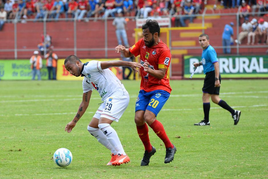 """Carlos el """"Pescado"""" Ruiz intenta quitarle el balón a Darío Gómez. (Foto: Sergio Muñoz/Nuestro Diario)"""