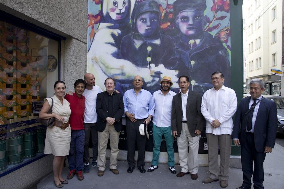 El artista guatemalteco Carlos Pérez inauguró un mural de su autoría en las calles de Viena, Austria, junto a personalidades diplomáticas de Latinoamérica. (Foto: Carlos Pérez)