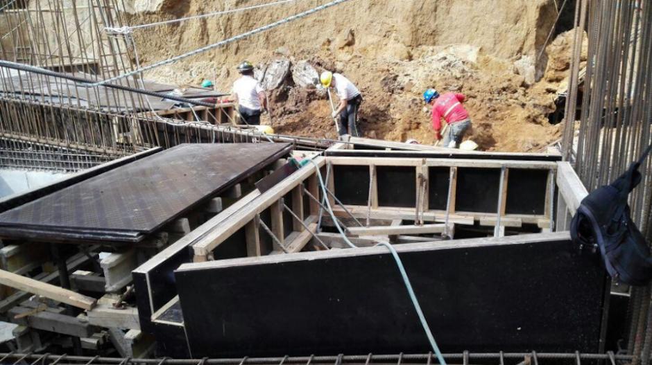 Tres albañiles quedaron soterrados, de los cuales dos fueron rescatados con vida y uno fallecido. (Foto: Twitter, Bomberos Voluntarios)
