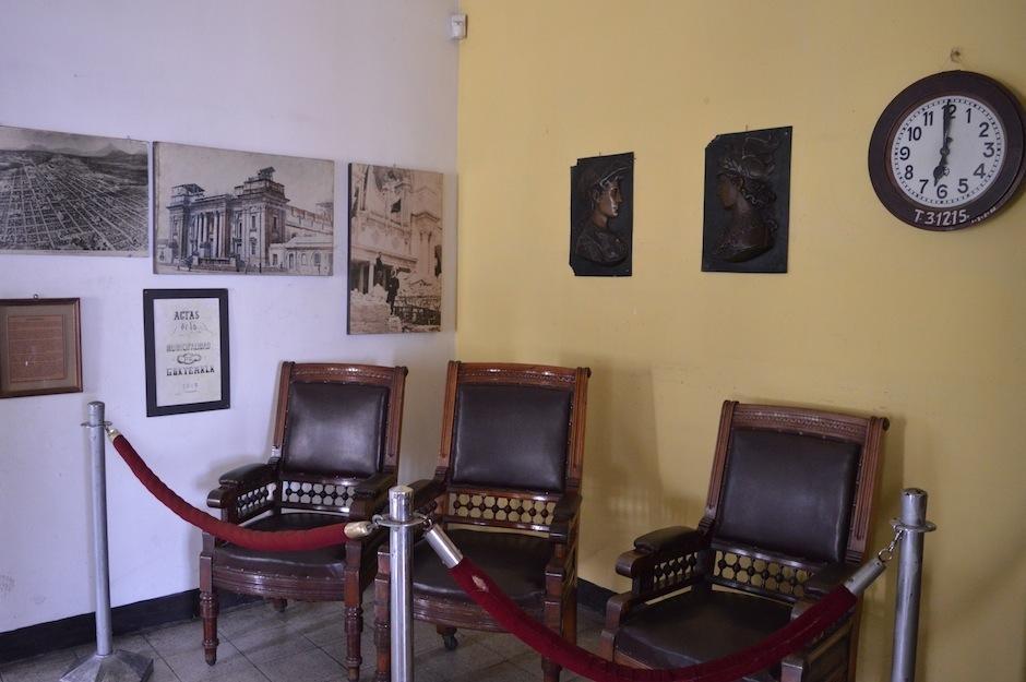 Muebles, pinturas y fotografías, componen la colección. (Foto: María Olga Vega/Soy502)