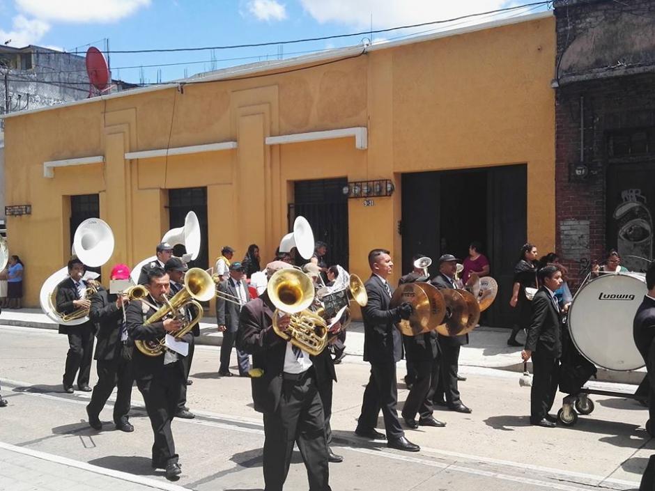 Los músicos guatemaltecos interpretan hasta 50 marchas fúnebres en cada cortejo. (Foto: Gustavo E. Méndez/Soy502)