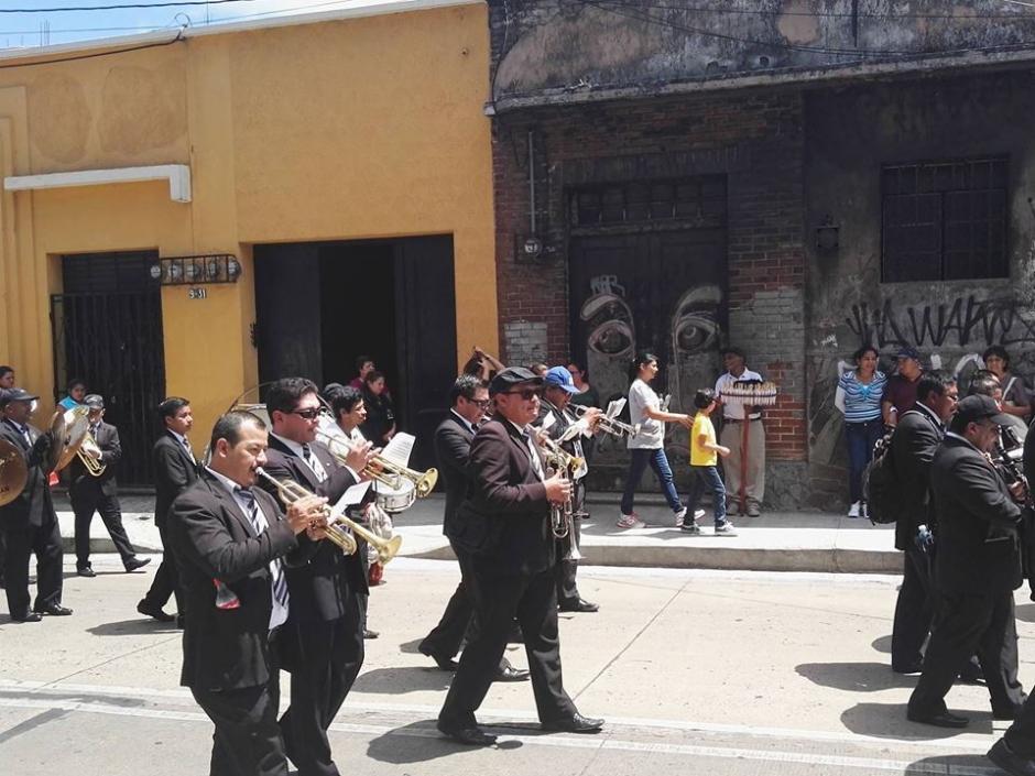 Cada procesión los músicos acompañan con sus instrumentos. (Foto: Gustavo E. Méndez/Soy502)