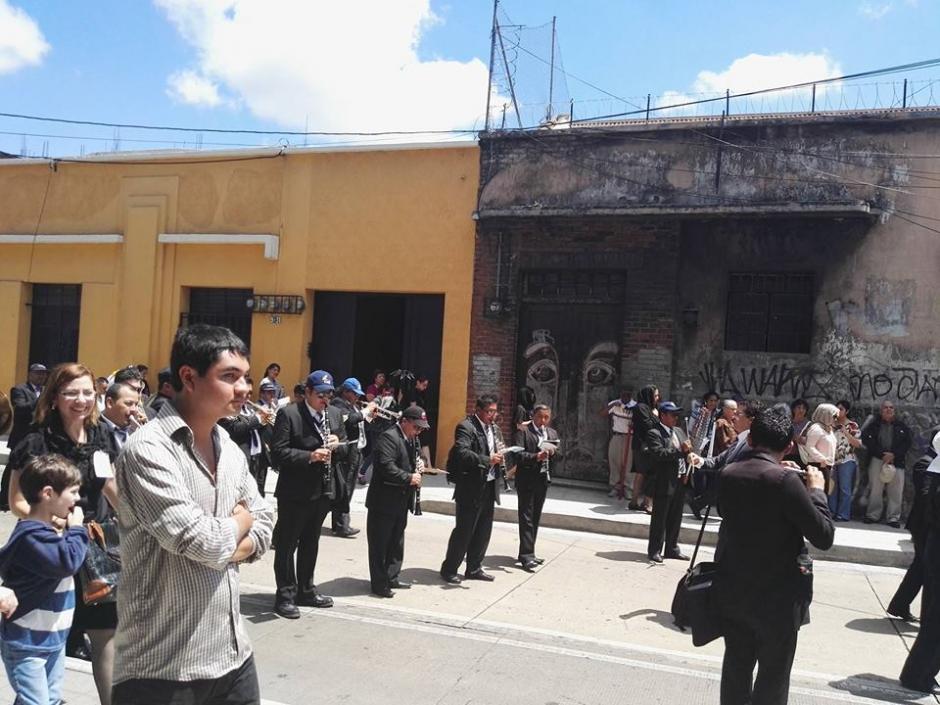 Para los músicos el intenso calor puede representar un gran reto en Semana Santa. (Foto: Gustavo E. Méndez/Soy502)