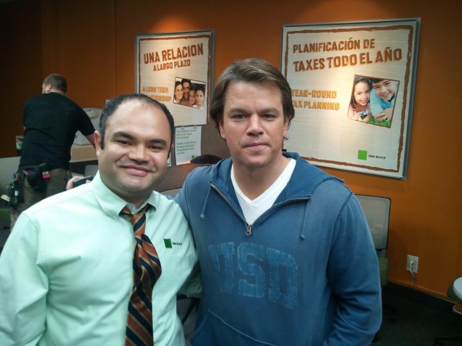 "Erick Chavarria y Matt Damon en el set de la película ""We Bought a Zoo"". (Foto: Erick Chavarria)"
