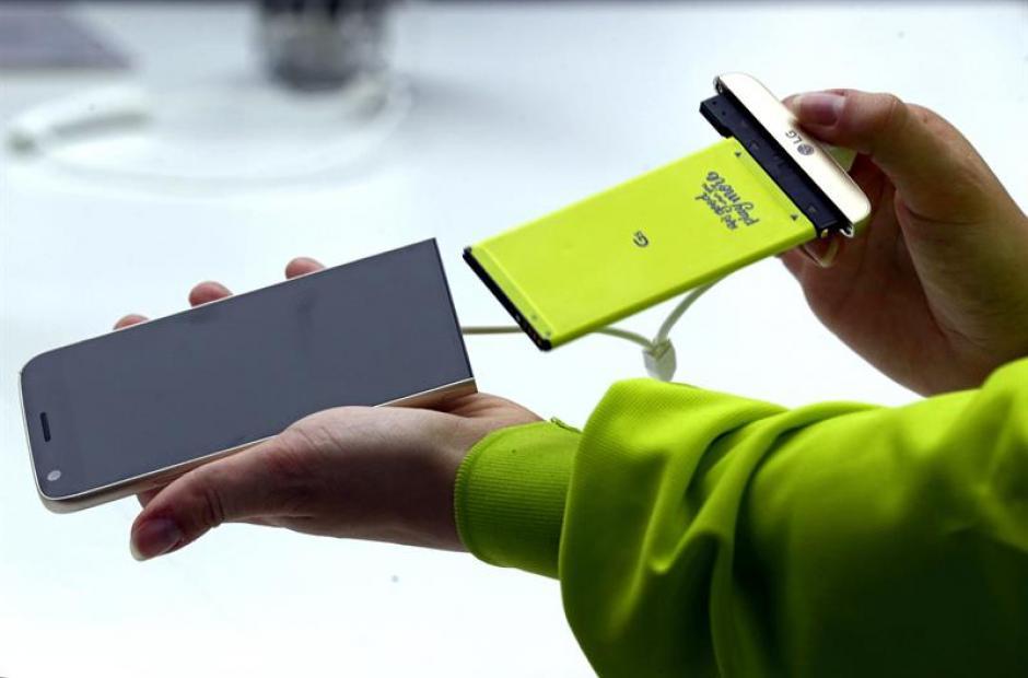 Una azafata muestra el nuevo teléfono inteligente LG G5, un terminal modular que permite el intercambio de piezas. (Foto: EFE)