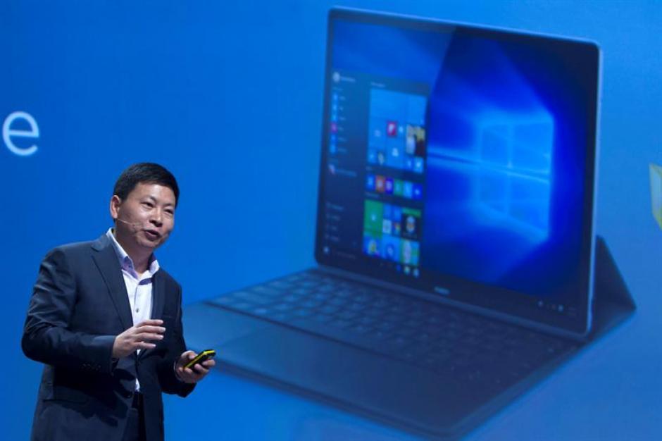 El consejero delegado de Huawei, Richard Yu, presenta el Matebook, un híbrido entre tableta y portátil con una pantalla de 12 pulgadas, con tecnología IPS LCD, y que funciona con Windows 10 como sistema operativo. (Foto: EFE)