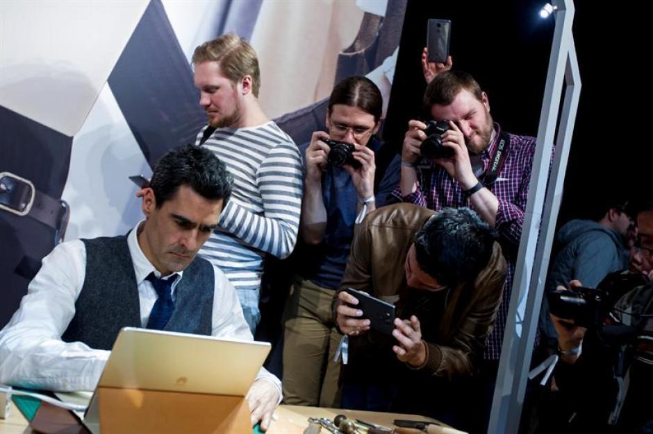 Varias personas durante la presentación del Matebook, un híbrido entre tableta y portátil con una pantalla de 12 pulgadas de Huawei. (Foto: EFE)