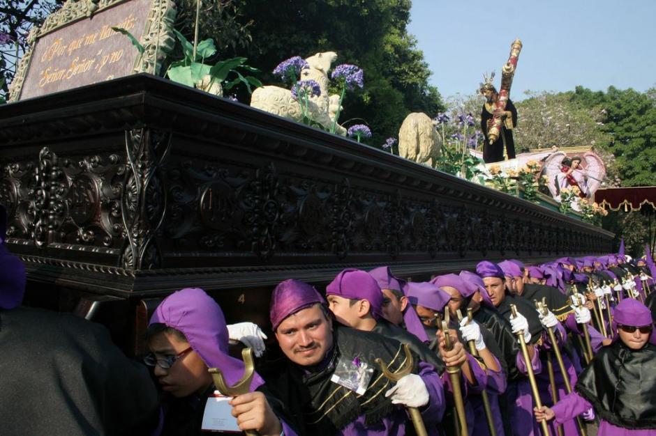 El anda de Jesús de las Tres Potencias llevaba este años un rebaño de corderos pastando al frente del Nazareno. (Foto: Raúl Illescas).