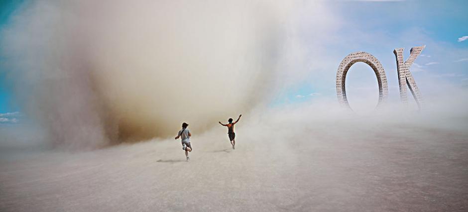 Aquí se ve a unas personas persiguiendo a una corriente de aire en medio del desierto. (Foto: Ari Fararooy)