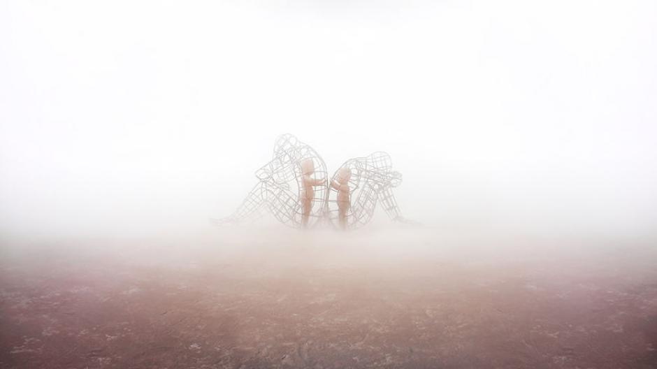 Una de tantas esculturas gigantes se puede divisar de entre la niebla matutina. (Foto: Ari Fararooy)