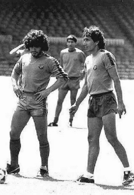 """En la práctica del FC Barcelona, Jorge """"el Mágico"""" González con Maradona. (Foto: Google)"""