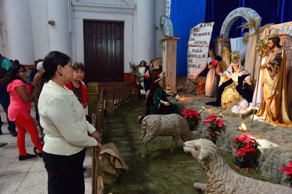 Devotos visitaron el Nacimiento de la iglesia La Recolección. (Foto: Jesús Alfonso/Soy502)
