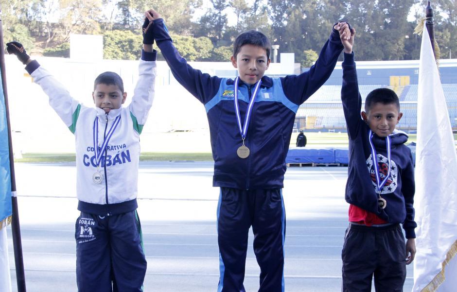 Luis Luciano Tzunún es premiado tras haber ganado los 3000 metros varoniles en el estadio Mateo Flores. (Foto: Federación de Atletismo)