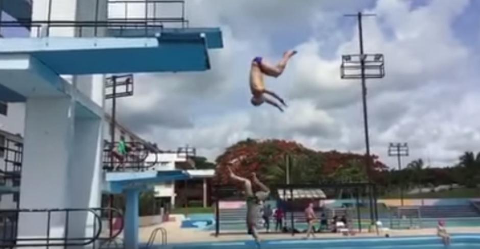 El atleta salió ileso del incidente con la plataforma de clavados. (Foto: Captura de YouTube)