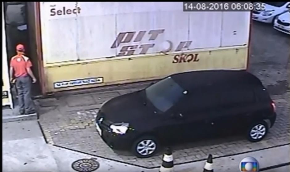 Las cámaras de seguridad de una gasolinera captaron los movimientos de los nadadores estadounidenses. (Captura de pantalla: Mini Planet/YouTube)