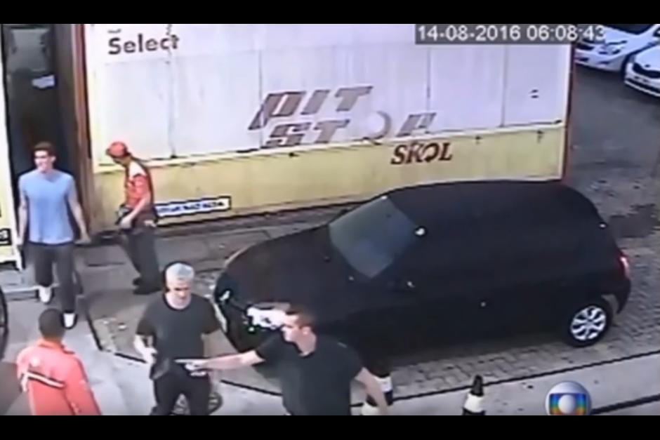 Los nadadores destruyeron el baño en una gasolinera. (Captura de pantalla: Mini Planet/YouTube)