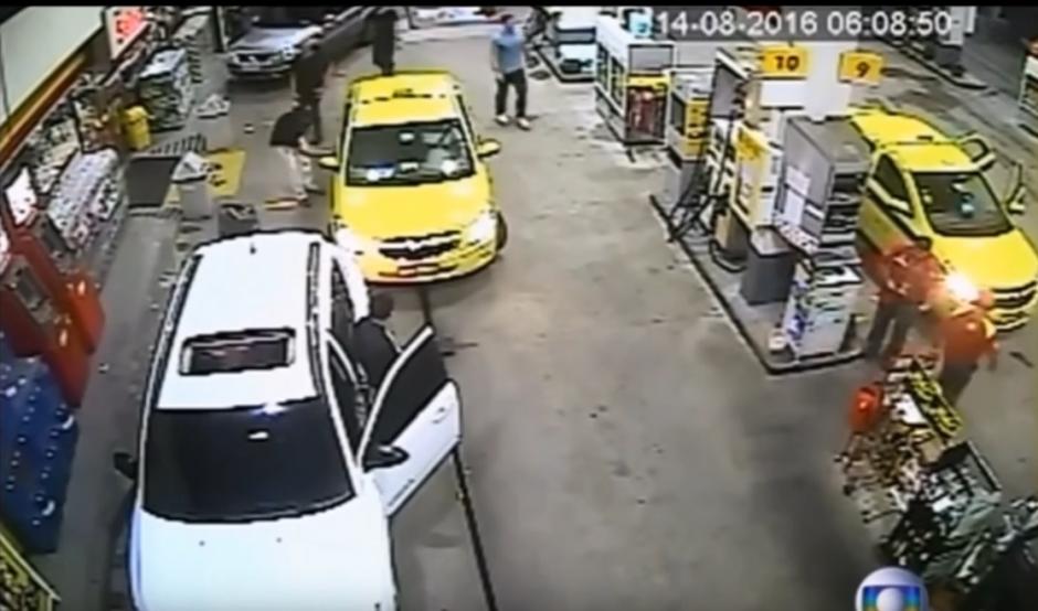 Los empleados trataron de detenerlos para que se hicieran cargo de los daños ocasionados. (Captura de pantalla: Mini Planet/YouTube)