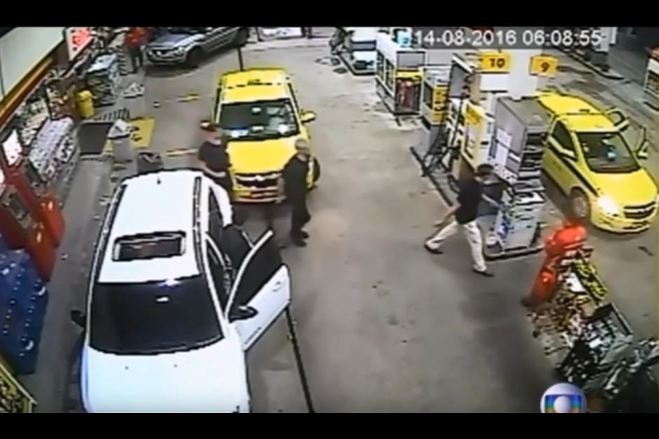 Los empleados los encararon para que se hicieras responsables por los daños.  (Captura de pantalla: Mini Planet/YouTube)
