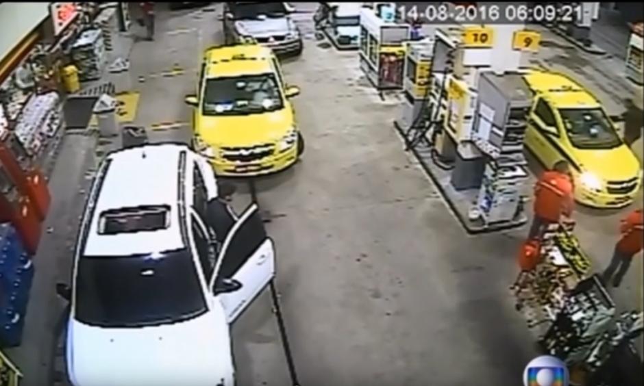 Un guardia de seguridad les apunta con un arma para que se bajen del taxi. (Captura de pantalla: Mini Planet/YouTube)