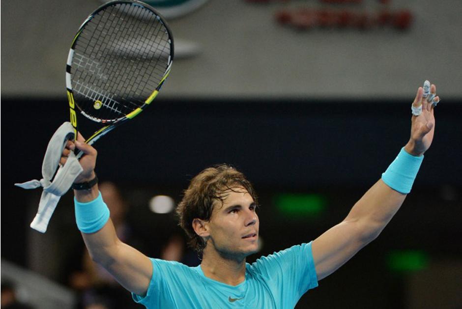 Rafael Nadal levanta los brazos al avanzar a semifinales del torneo de Pekín. (AFP).