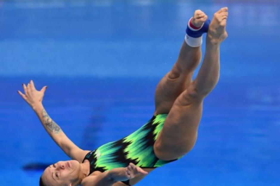 La clavadista entró de espaldas a la piscina tras un clavado por el cual no le pusieron puntos. (Foto: AFP)