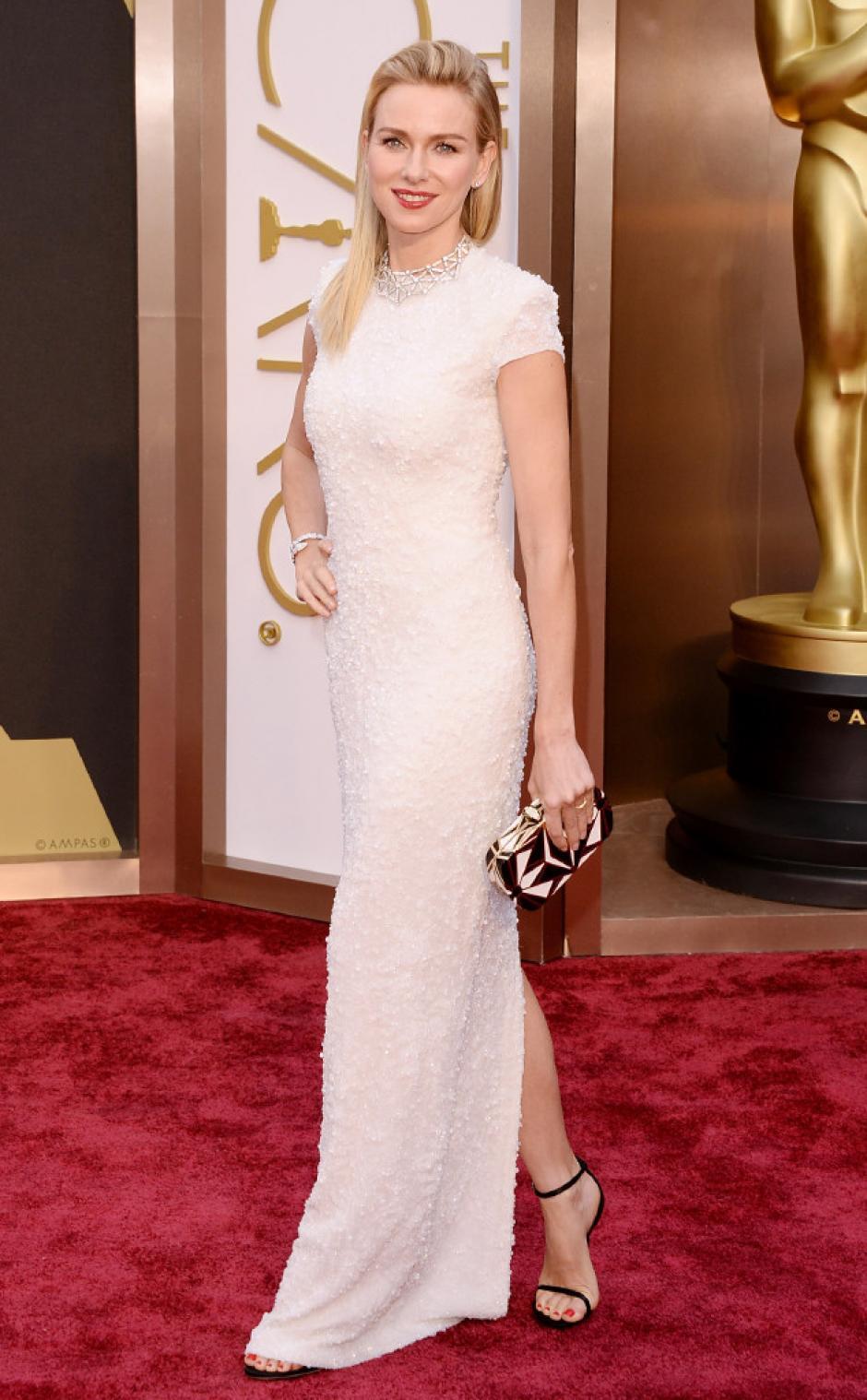 Naomi Watts utilizó unos zapatos y un vestido muy tradicional de la colección Calvin Klein. (Foto: E!)