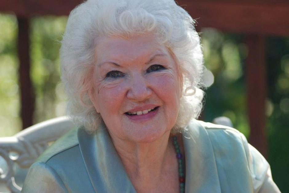 Naomi a sus 95 años está feliz de ser parte de este icónico cartel. (Foto: naomiparkerfraley.com)
