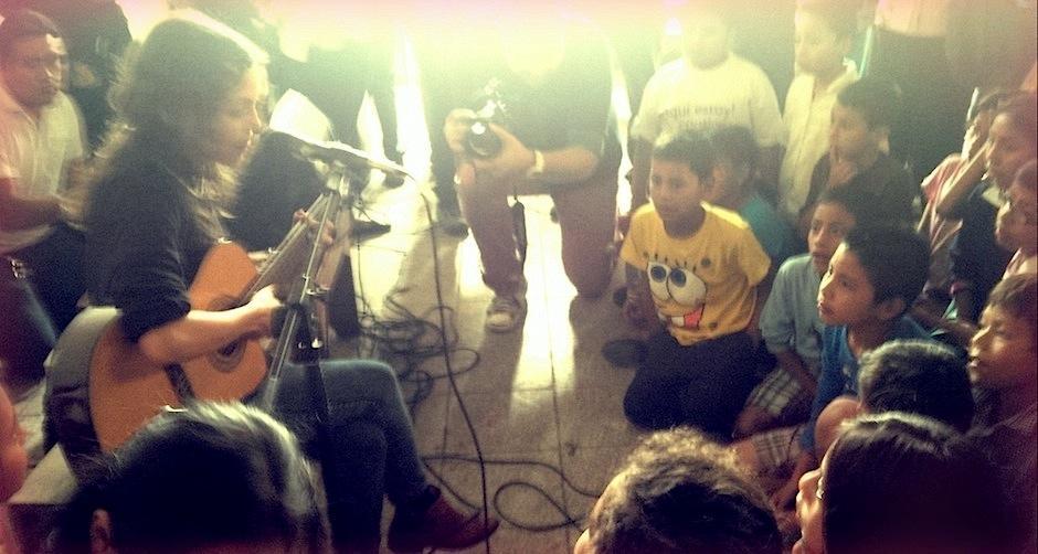 Natalia Lafourcade se encuentra en el país, preparando su concierto para mañana, pero antes compartió un poco de su talento con los niños de una escuela capitalina. (Foto: Noches VIP Guatemala)