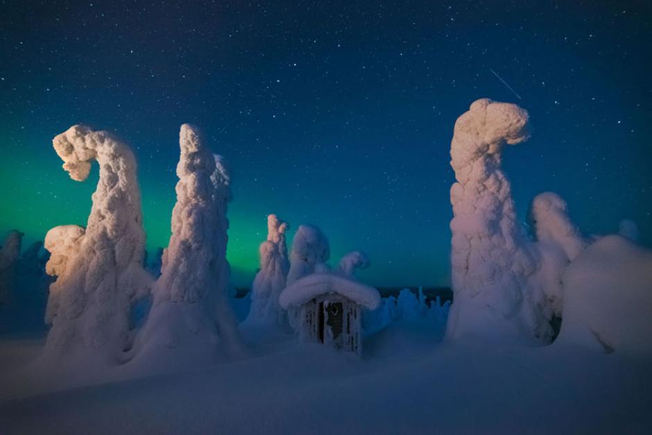 Una peculiar formación de hielo sobre un cobertizo en Finlandia. (Foto: Pierre Destribats/National Geographic)