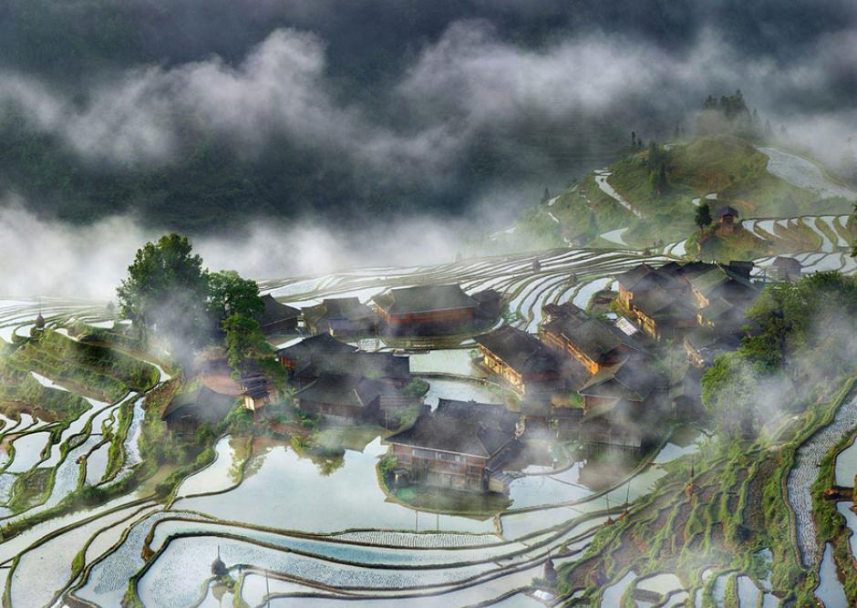 La niebla cubre una pequeña villa en una región agrícola de China. (Foto: Thierry Bornier/National Geographic)