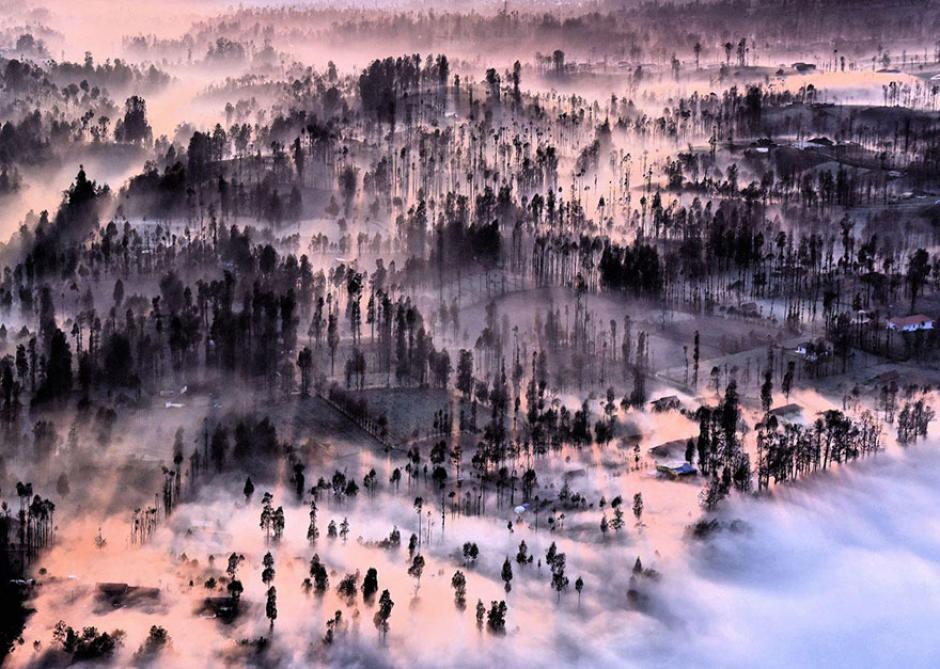Un poblado es cubierto por la niebla durante el amanecer. (Foto: Achmad Sumawijaya/National Geographic)