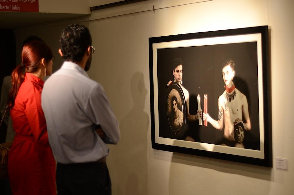 El público apreció piezas fotográficas, pintura y objeto. (Foto: Selene Mejía/Soy502)