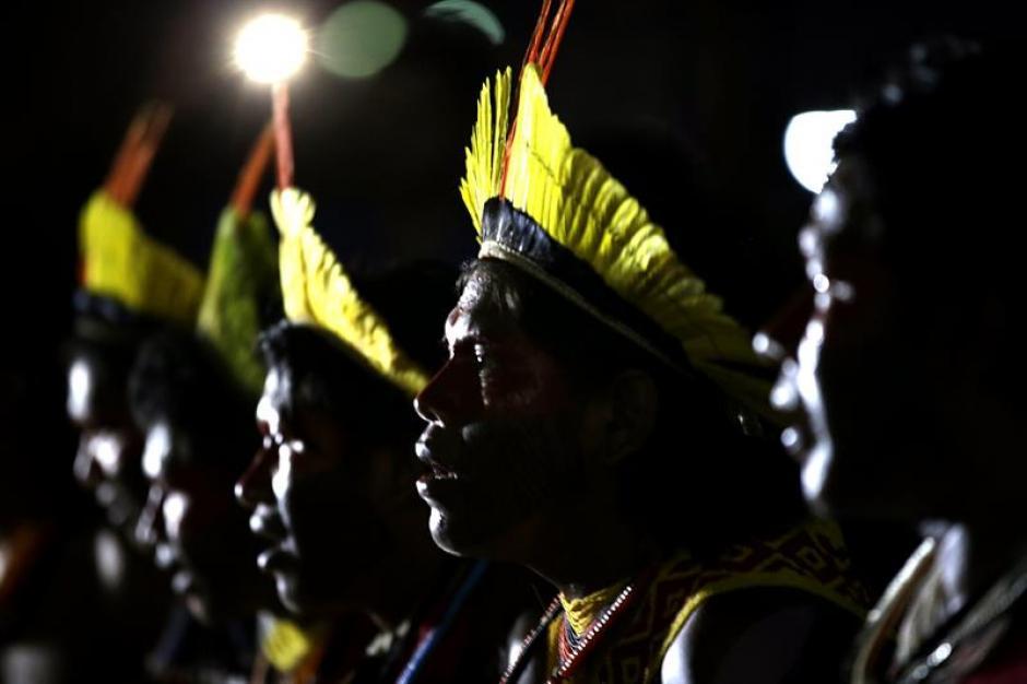 Indígenas de la etnia Kaypo durante la ceremonia del fuego, en la apertura de los primeros Juegos Mundiales de los Pueblos Indígenas.(Foto: EFE)