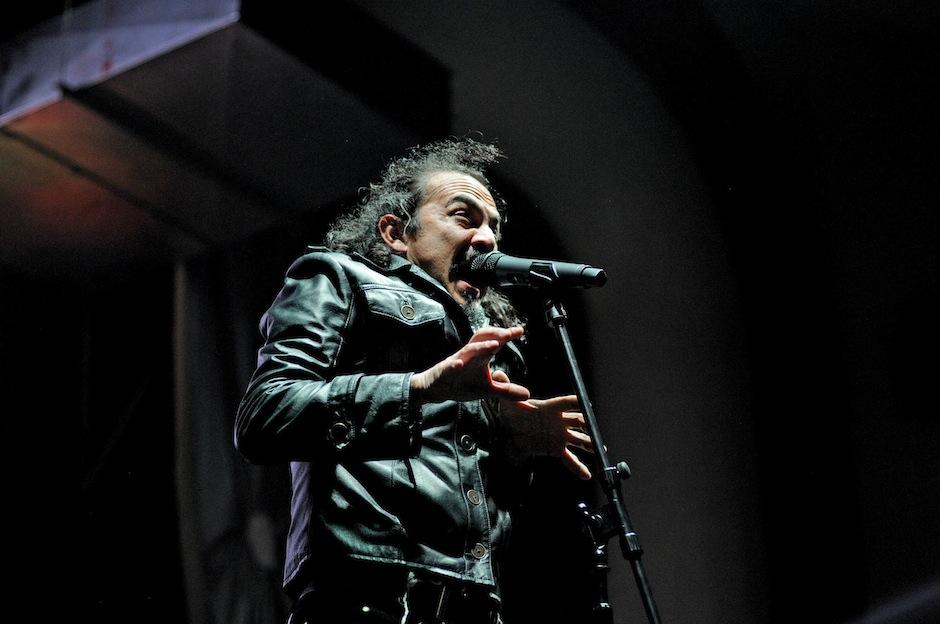 Además de cantar, Neco leyó algunos poemas que mezcló con su interpretación. (Foto: Esteban Biba/Soy502)