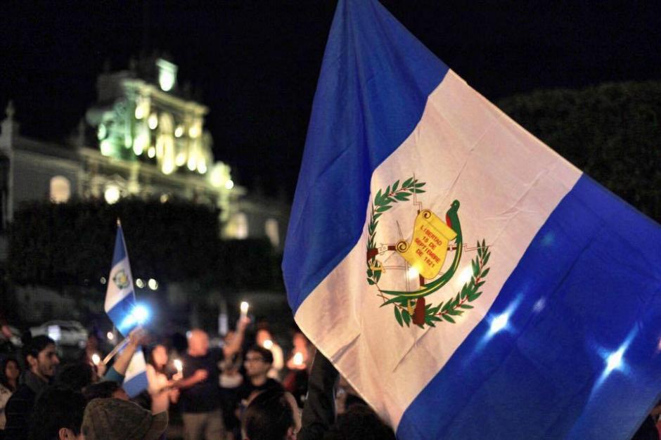 Una vigilia en Antigua Guatemala pide la renuncia de Otto Pérez Molina. (Foto: Nelo Mijangos/Facebook)