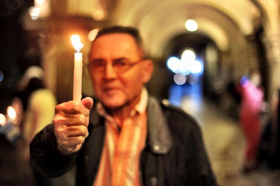 Varias personas en Antigua hacen vigilia previo al Paro Nacional por la renuncia de Otto Pérez Molina. (Foto:Nelo Mijangos/Facebook)