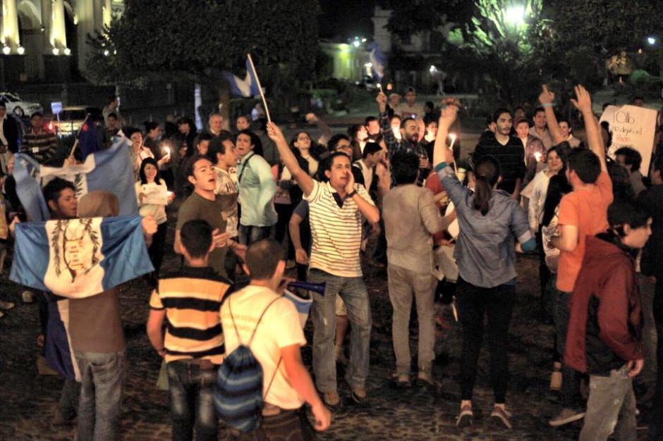 Los guatemaltecos se reunieron en la Plaza Central de la Antigua Guatemala. (Foto:Nelo Mijangos/Facebook)