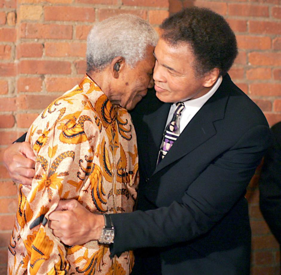 El abrazo historico entre Muhammad Ali y Nelson Mandela. (Foto: Times)