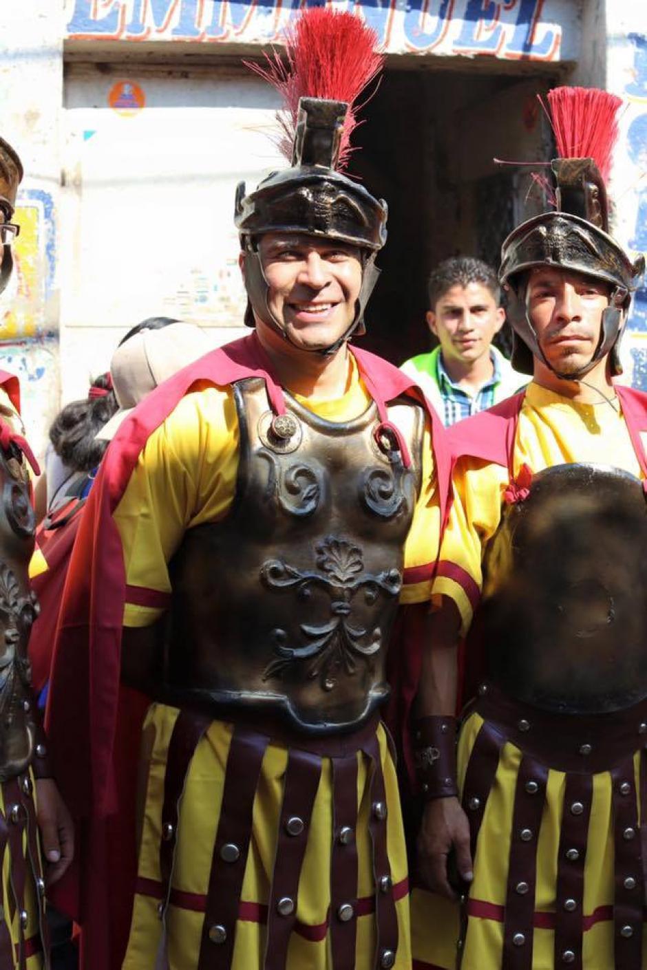 Neto Bran luce un traje de romano durante la Semana Santa. (Foto: Facebook/Neto Bran)