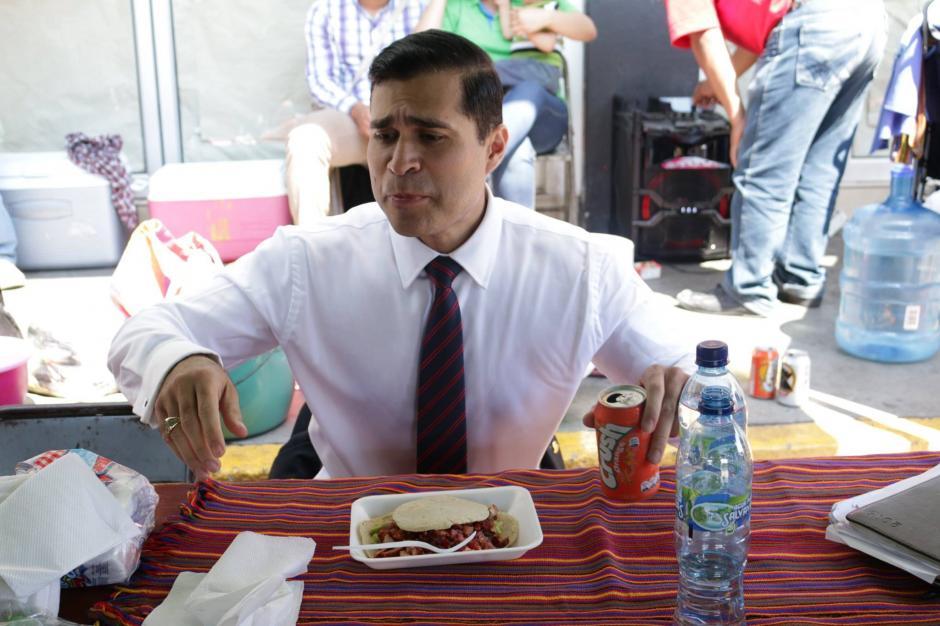 El alcalde mixqueño disfruta de un platillo en el mercado de la localidad. (Foto: Facebook/Neto Bran)