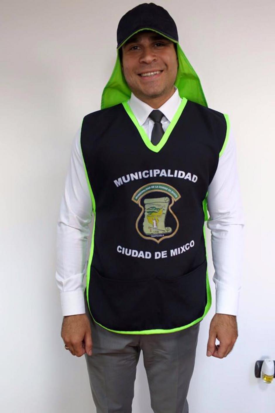 El alcalde de Mixco muestra el atuendo que usan los trabajadores de la municipalidad. (Foto: Facebook/Neto Bran)