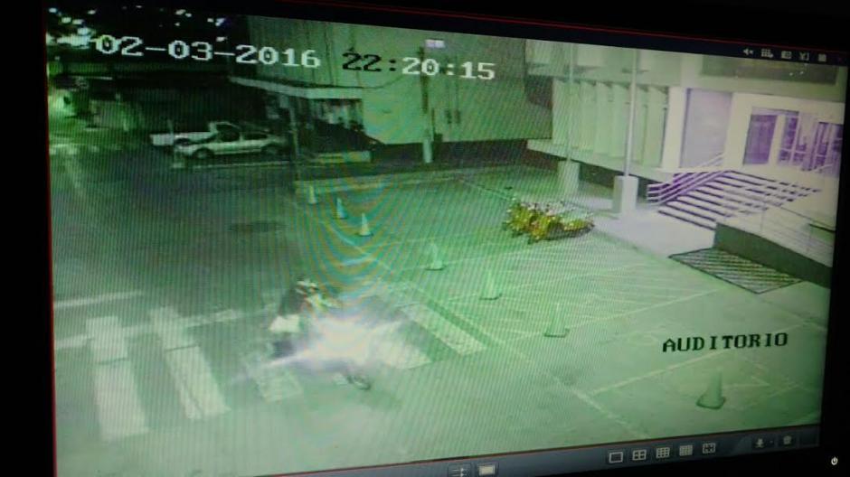 Una motocicleta habría comprobado que el taxista hubiese dejado los restos donde se le había indicado. (Foto: Municipalidad de Mixco)