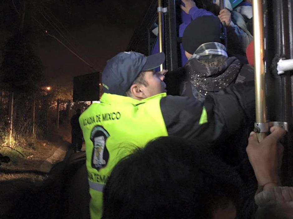 El polifacético alcalde ayudó a ordenar a los pasajeros de un autobús. (Foto: Neto Bran/Facebook)