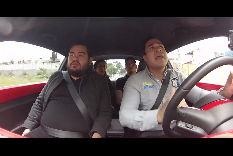"""Para socializar el """"carpooling"""" Neto Bran hizo un video en el que pasó recogiendo a sus pasajeros y los llevó a distintos puntos de la ciudad. (Foto: Neto Bran/Facebook)"""